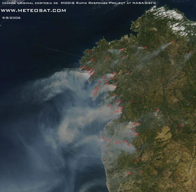 Imagen obtenida por el satélite AQUA de los incendios en Galicia el dia 9 de Agosto de 2006, en la que se observa claramente el humo de los incendios.  El sistema MODIS permite detectar las zonas con anomalias térmicas en la superficie , en la imagen las enmarcadas en rojo.